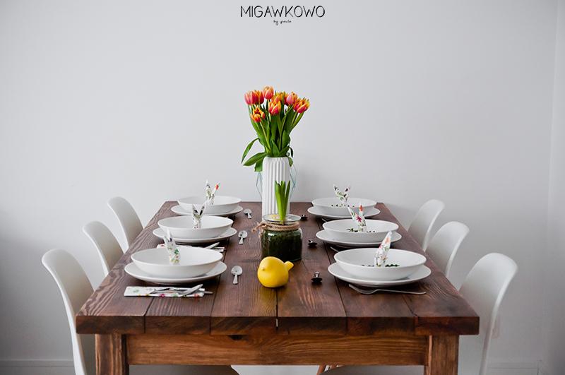 Wielkanoc - minimalistyczna i wiosenna dekoracja stołu w jadalni, tulipany, biała zastawa, dekoracje wielkanocne