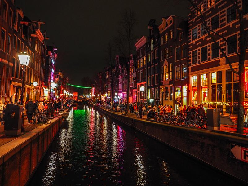 Amsterdam kanał czerwone latarnie wieczór