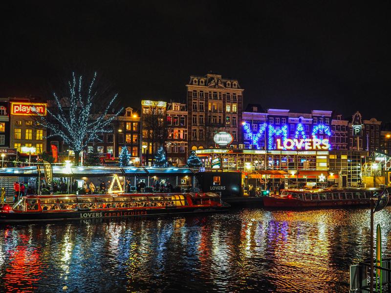 Amsterdam nocą xmas łódki kanał